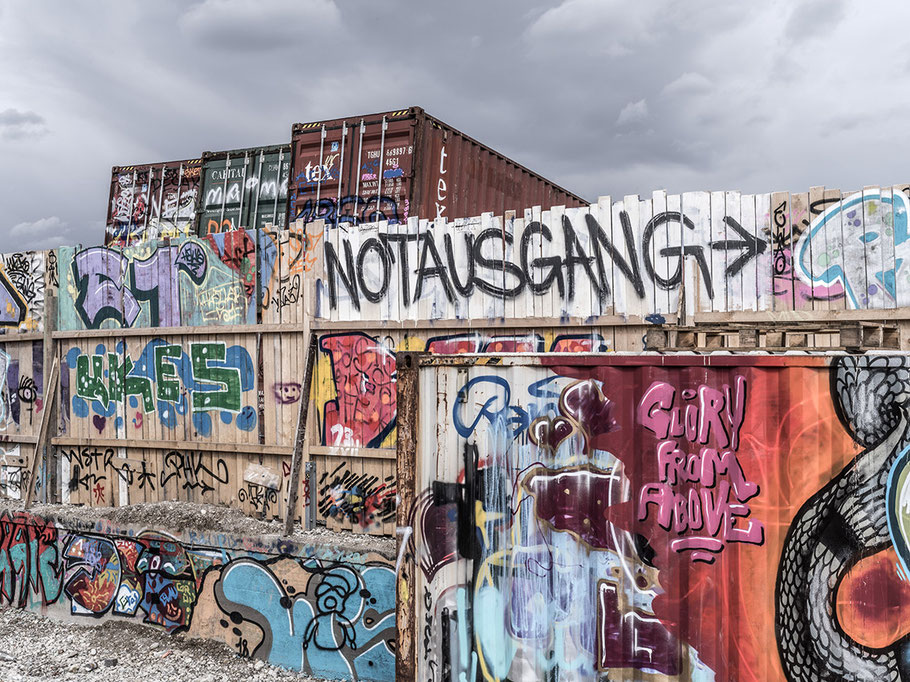 Container und Schild Notausgang auf dem Schlachthofgelände als Farb-Photographie, Muenchen
