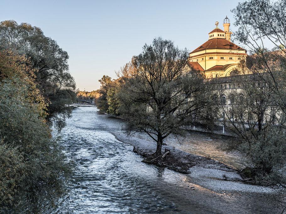 Muellersches Volksbad mit Isar  im Herbst als Farb-Photographie, Muenchen