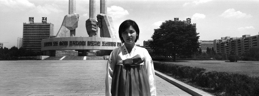 Monument der Parteigründung in Pyongyang, Nord Korea, als Schwarzweißphoto im Panorama-Format