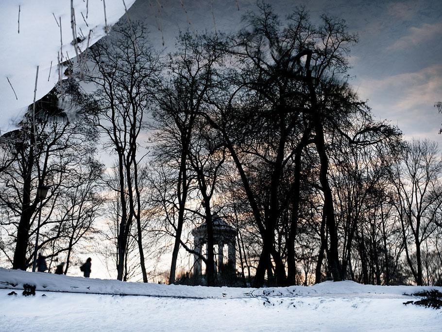 Monopertos im Schnee spiegelt sich im Wasser als Farbaufnahme, Muenchen