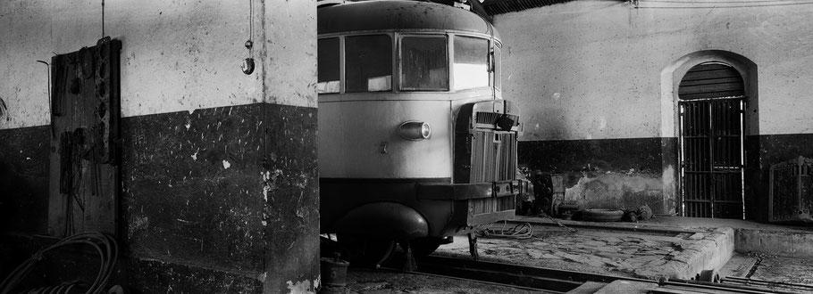 Fiat Triebwagen in der Werkstatthalle der Asmara Ferrovia als Schwarzweißphoto im Panorama-Format