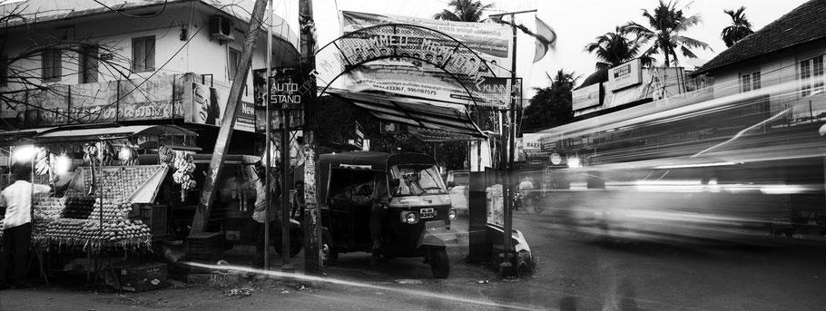 Tuk Tuk Wartestelle gegen Abend in Fort Kochin, Indien, in schwarz-weiß als Panorama-Photographie