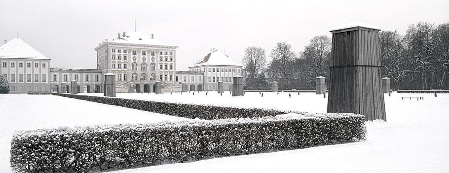 Das Schloss Nymphenburg im Nymphenburger Park  im Schnee in color als Panorama-Photographie, München