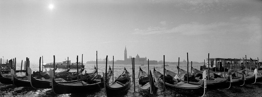 Gondole nähe Molo San Marco, Venedig, als Schwarzweißphoto im Panorama-Format
