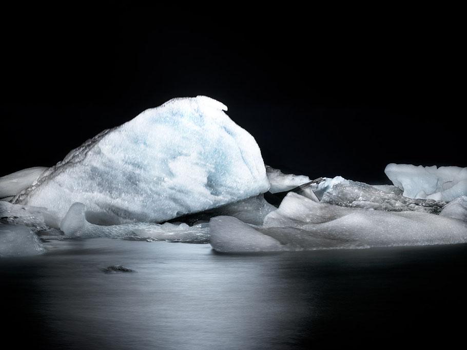Mit Blitz erhellte Nachtaufnahme von der Gletscherlagune in Jökulsárlón als Farb-Photographie, Island/Iceland
