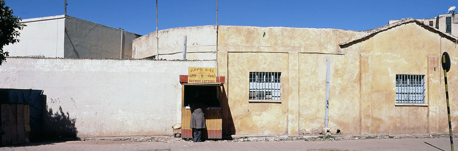 Lotteriestand in der Abdebabu Street in Asmara, Eritrea, als Farbphoto im Panorama-Format
