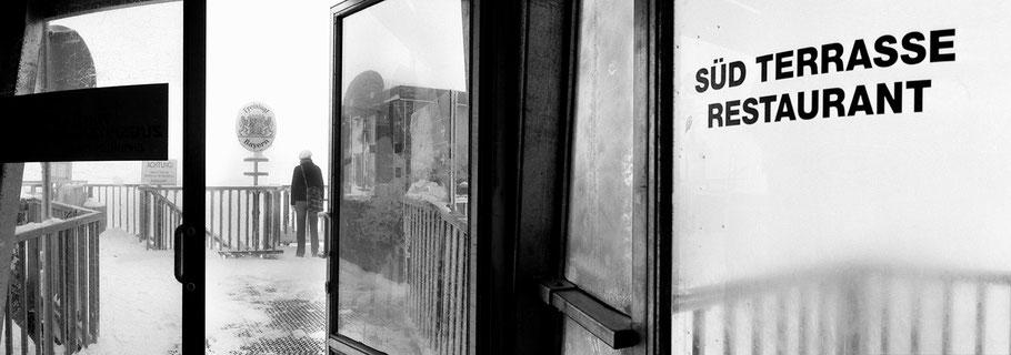Zugspitze Süd Terrasse in schwarz-weiß als Panorama-Photographie
