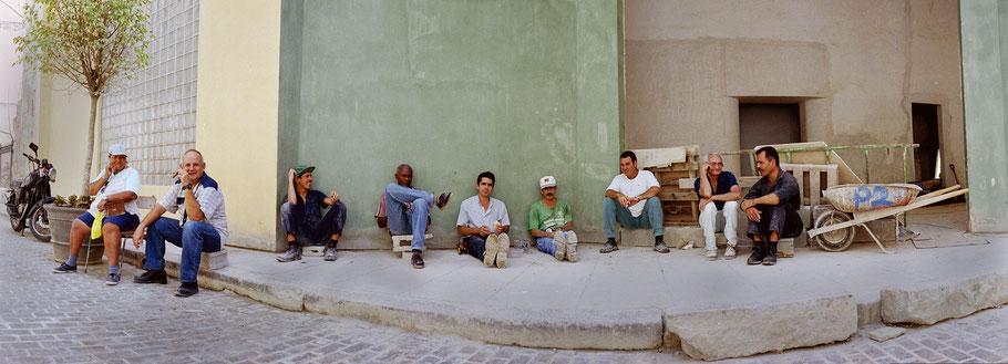 Bauarbeiter machen Pause in der Altstadt von Havanna, Cuba, als Farbphoto im Panorama-Format