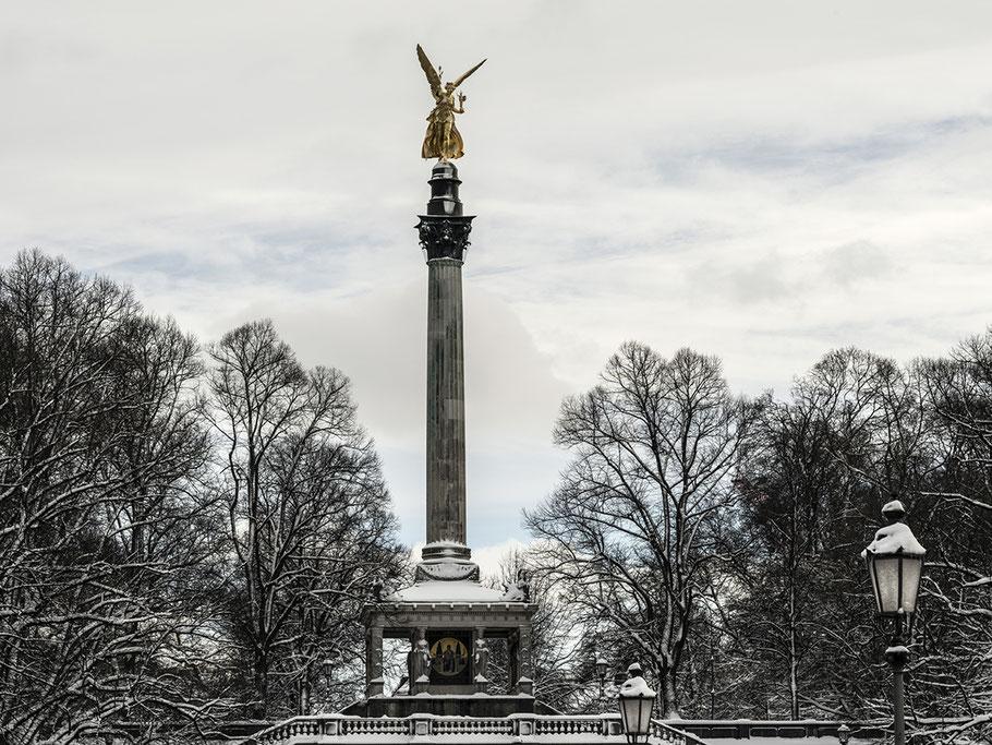 Der Friedensengel im Winter als Farb-Photographie, Muenchen, Bayern