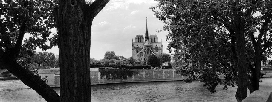 Blick auf Notre Dame mit Seine in Paris, Frankreich,  als Schwarzweißphoto im Panorama-Format