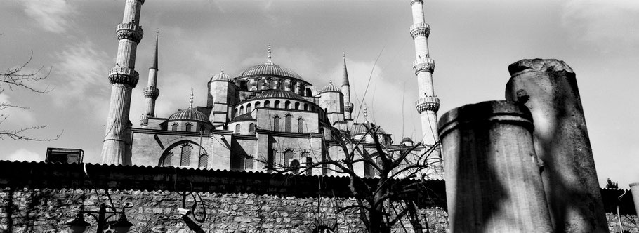 Die Sultan Ahmet Camii in Istanbul, Türkei als Schwarzweißphoto im Panorama-Format