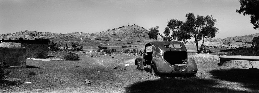 Aufnahme eines Lancia Oldtimers in Decemhare, Eritrea, als Schwarzweißphoto im Panorama-Format