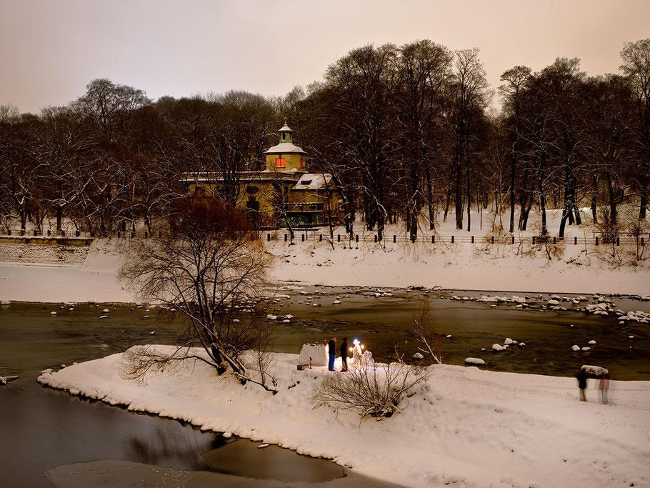 Nachtaufnahme des Maxwerks im Schnee als Farb-Photographie, Muenchen