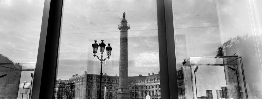 Spiegelung des Place Vendome  in Paris, Frankreich,  als Schwarzweißphoto im Panorama-Format