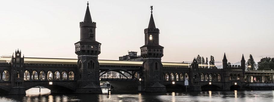Abendaufnahme der Oberbaumbrücke in Berlin als Farbfotografie im Panorama-Format