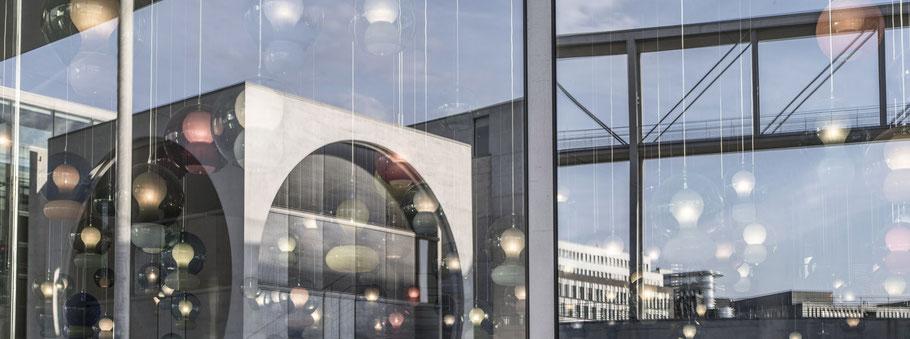 Spiegelung  des Deutscher Bundestags in Berlin als Farbfotografie im Panorama-Format