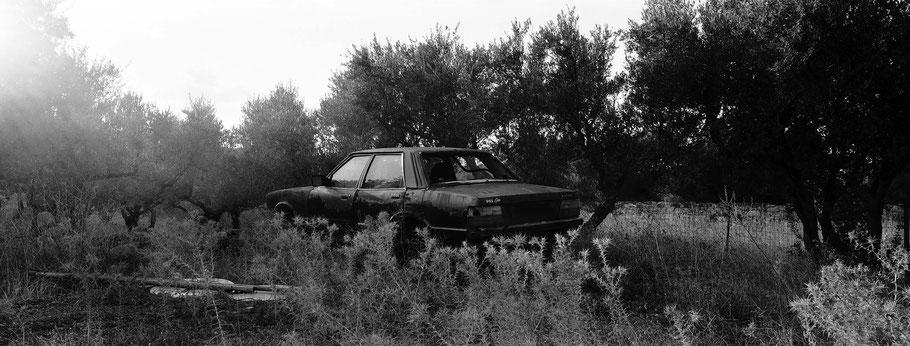 Alter Ford beiAyyeiapaki auf dem Peloponnes, Griechenland,  als Schwarzweißphoto im Panorama-Format