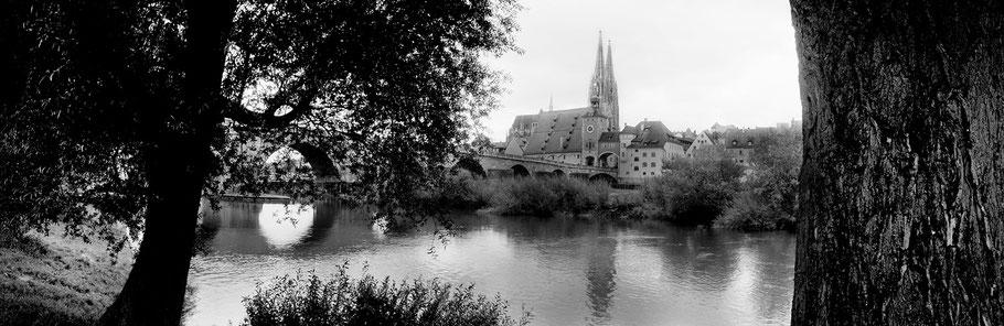 Regensburg in schwarz-weiß als Panorama-Photographie