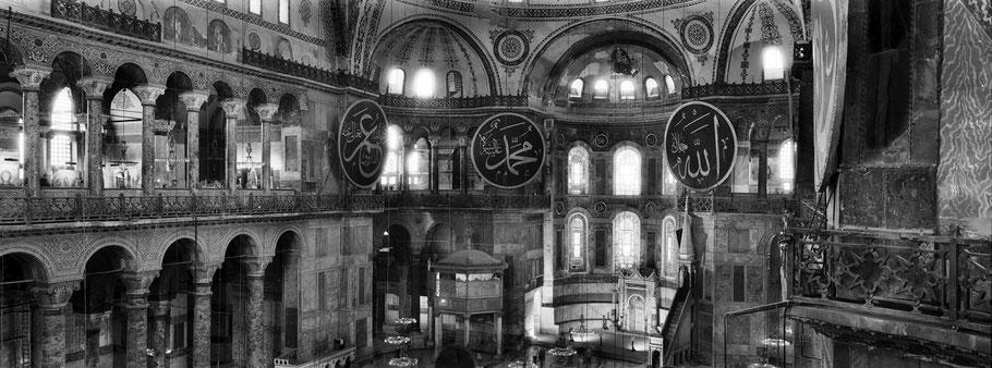 Innenaufnahme der Hagia Sophia in Istanbul, Türkei als Schwarzweißphoto im Panorama-Format