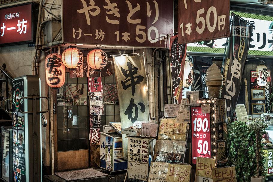 Osaka Dotombori Strassenszene bei Nacht, Japan, als Farbphoto
