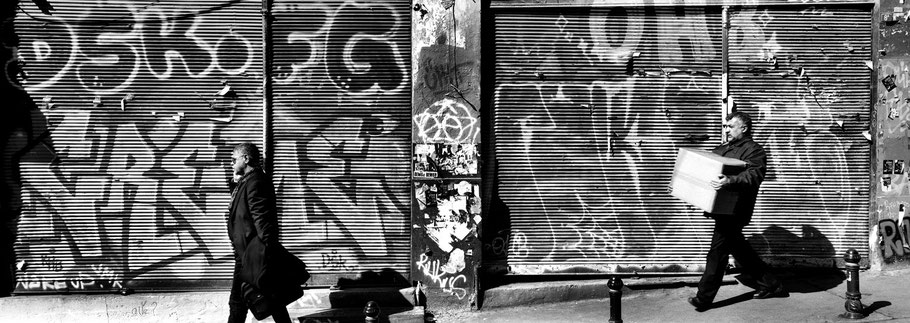 Straßenszene in Beyoglu in Istanbul, Türkei als Schwarzweißphoto im Panorama-Format