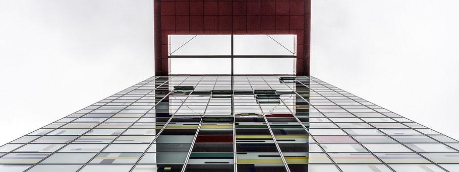 Spiegelung der Stadtübersicht auf der Aussichtsterasse der Elbphilharmonie in Hamburg als Farbphoto im Panorama-Format.