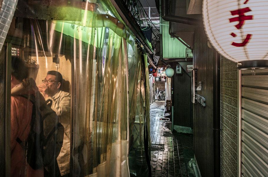 Tokio Strassenszene Shimbashi Station bei Nacht, Japan, als Farbphoto