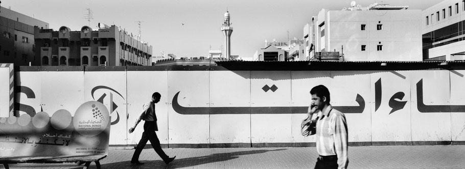 Straßenszene der Khalid Bin Al Waleed Road in Dubai als Panorama-Photographie