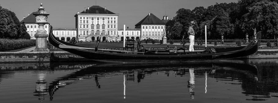 Gondel vor Nymphenburger Schloss in schwarzweiß als Panorama-Photographie, München