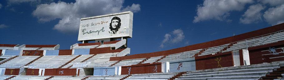 Das Estadio Olimpico in Havanna, Cuba, als Farbphoto im Panorama-Format