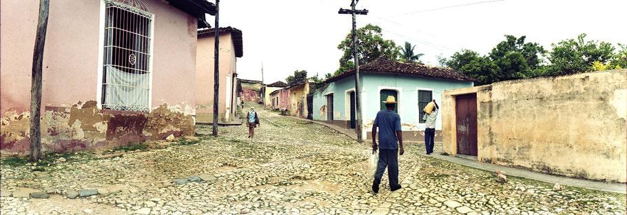 Kubaner auf der Straße  in Trinidad d. Cuba , Farbphoto als Panorama-Photographie