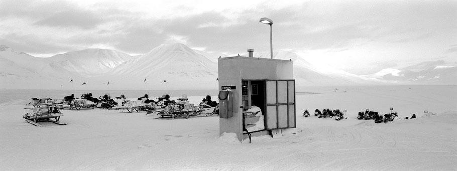 Snowscooter-Tankstelle auf Spitzbergen - Svalbard in schwarz-weiß als Panorama-Photographie