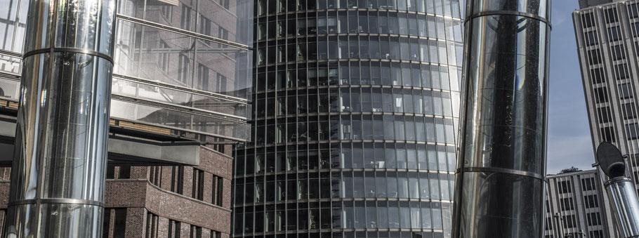 Siegelungen und Fassaden am Potsdamerplatz in Berlin als Farbfotografie im Panorama-Format
