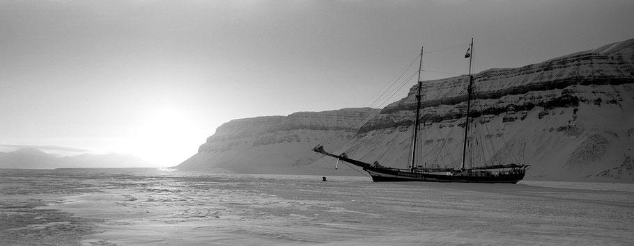 Segelschiff im Eis auf Spitzbergen - Svalbard in schwarz-weiß als Panorama-Photographie