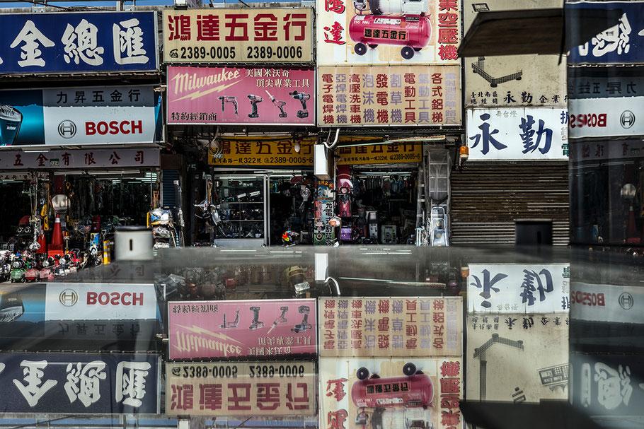 Spiegelungen im Zentrum von Taipei, Taiwan, als Farbphoto