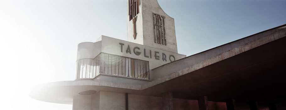 Weltkulturerbe Tankstelle Fiat Tagliero in Asmara, Eritrea, als Farbphoto im Panorama-Format