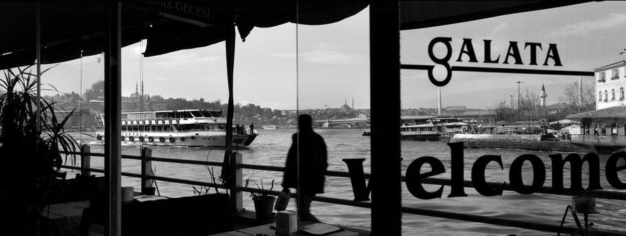 Auf der Galata Brücke in Istanbul, Türkei als Schwarzweißphoto im Panorama-Format