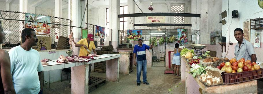 Marktszene in der Altstadt von Havanna als Panorama-Photographie