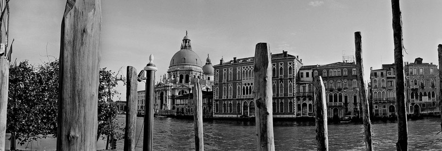 Santa Maria della Salute in Venedig als Schwarzweißphoto im Panorama-Format