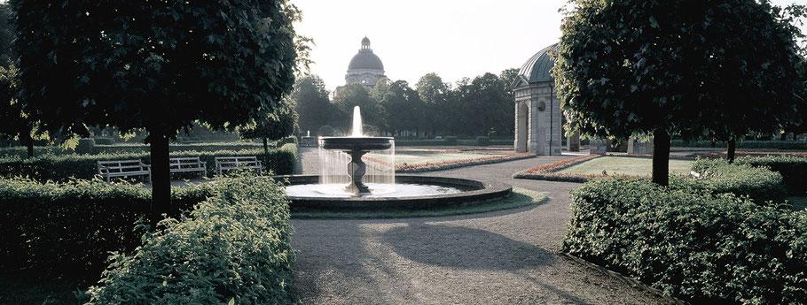 Hofgarten mit Rotunde im Herbst in color als Panorama-Photographie, München