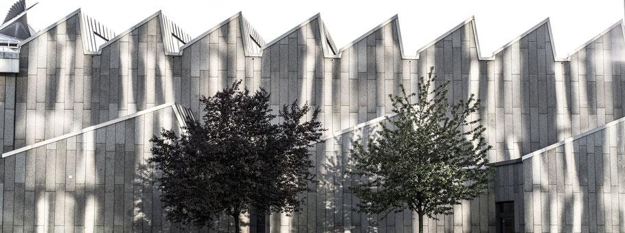 Schatten auf der Fassade des Musikinstrumenten Museums in Berlin als Farbfotografie im Panorama-Format