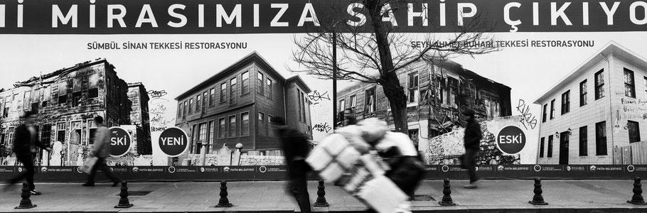 Straßenszene von Plakatwand in Istanbul, Türkei als Schwarzweißphoto im Panorama-Format