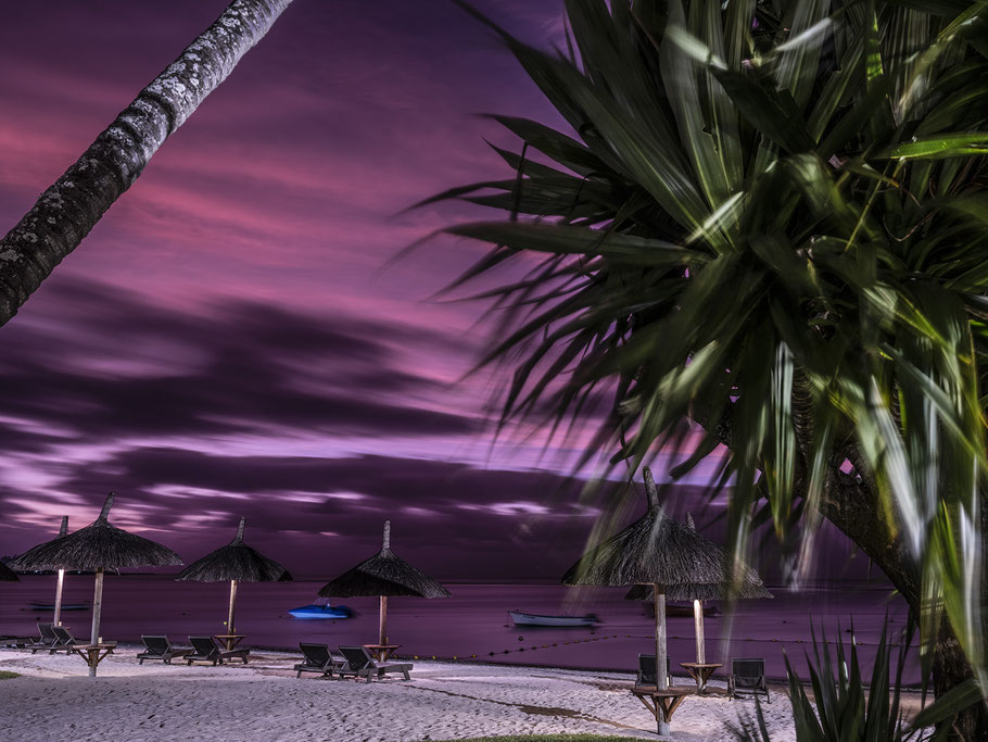 Abendaufnahme des Ha Hai Thanh Hoang Mileu Tempels in Jioufen in Taiwan als Farb-Photographie