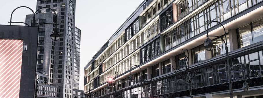 Fassade des Bikini  in Berlin als Farbfotografie im Panorama-Format