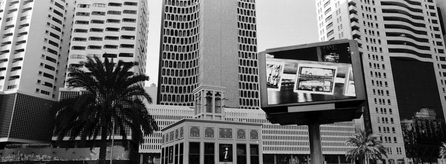 Fassaden der Baniyas Square Street in Dubai als Panorama-Photographie