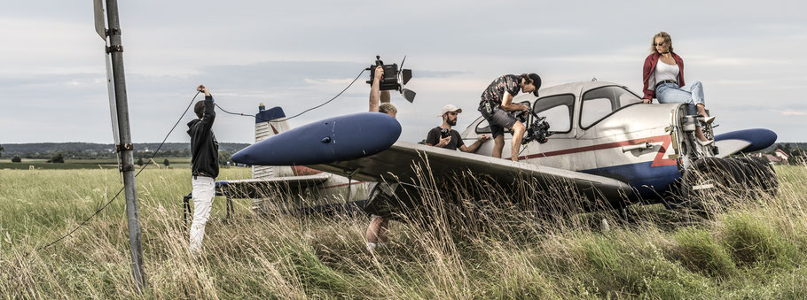 Szene einer Filmproduktion im Panoramaformat als Farbphoto