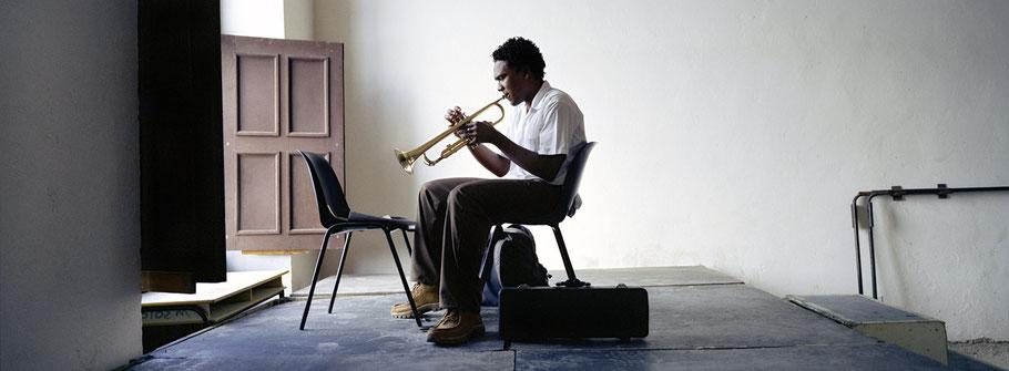 Trompetenspieler in der Matanzas school of art in Cuba als Farbphoto im Panorama-Format