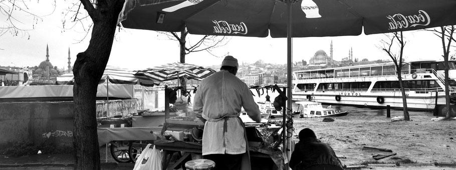 Auf dem Fischmarkt am Goldenen Horn in Istanbul, Türkei als Schwarzweißphoto im Panorama-Format