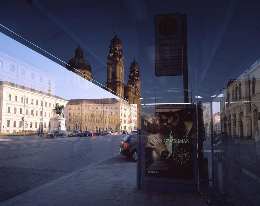 Spiegelung von Theatiner Kirche, Odeonsplatz und Ludwigstrasse als Farb-Photographie, Muenchen