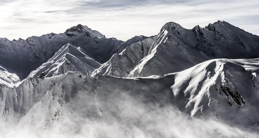 Landschaftsaufnahme der verschneiten Alpen in Samnaun, Schweiz als Farb-Photographie
